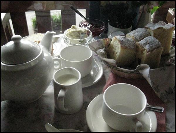 Sassafras Suite à cela, nous nous sommes dirigés vers Sassafras (environ 1000 habitants), pour profiter d'une tradition britishbien ancrée par ici: Le Devonshire Tea, au Miss Marple's Tearoom.