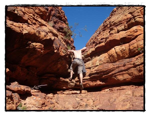 Évidemment, Simon ne peut s'empêcher de grimper partout!