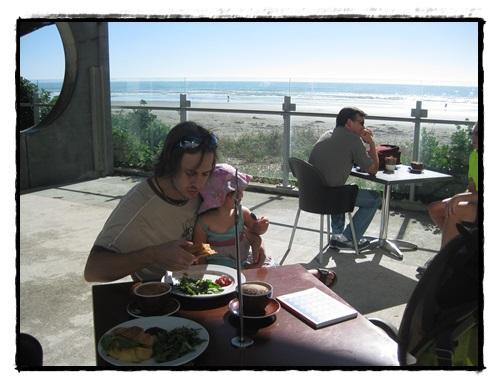 Après toute cette galère, un bon déjeûner sur trame sonore de bruits de vague...
