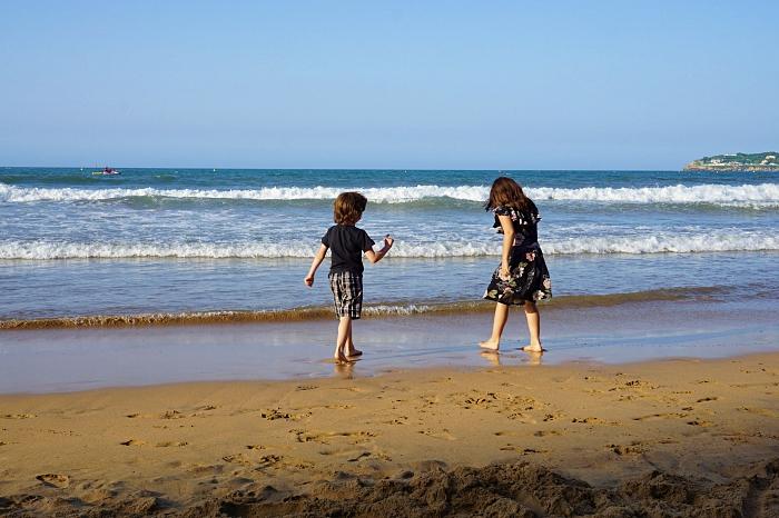 Enfants sur la plage de San Lorenzo, Gijon, Asturias, Espagne