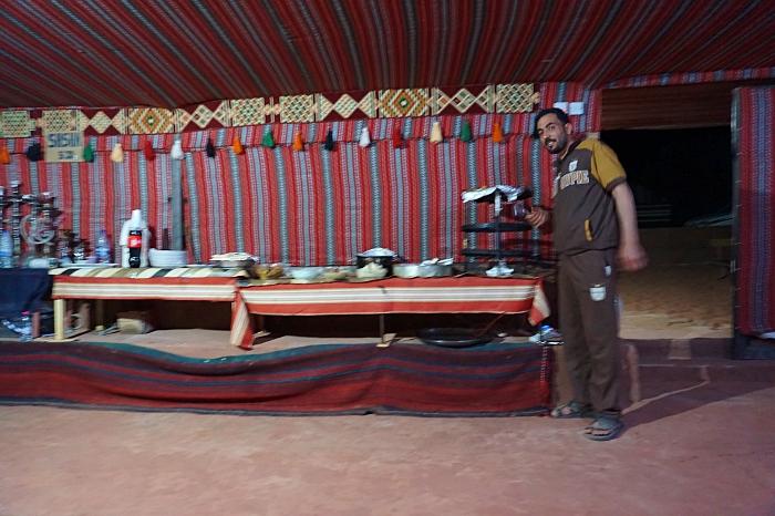 repas traditionnel bédouin dans le wadi rum